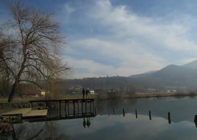 Kilometer in pol oddaljeno od Kamnika pod Krimom, med hriboma sv. Ana in sv. Lovrenc, je naselje Jezero.
