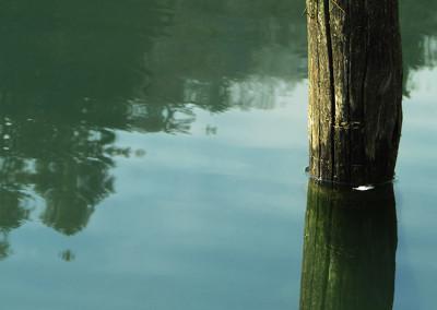Voda iz jezera odteka pod zemljo, skozi globok lijak.
