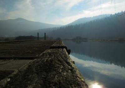 Jezero se napaja iz sedmih kraških izvirov pod bližnjim gozdom.