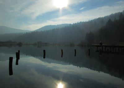 Ob naselju Jezero je majhno, skoraj popolnoma okroglo in zelo globoko jezero (do 51 metrov).