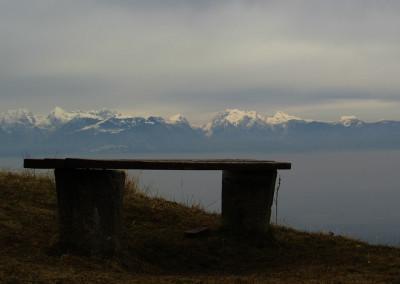 Z vrha se nam odpre lep pogled proti Polhograjskemu hribovju in Kamniško Savinjskim Alpam.