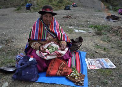 Obred, v Dolini duš, na apačeti (svetem mestu) v južnem delu La Paza, prošnjo za dovoljenje za obisk vseh krajev, za zaščito in srečno pot.